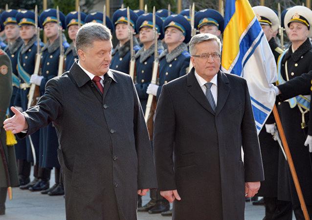 Presidente da Polônia, Bronislaw Komorowski, é recebido pelo presidente da Ucrânia, Pyotr Poroshenko, em Kiev