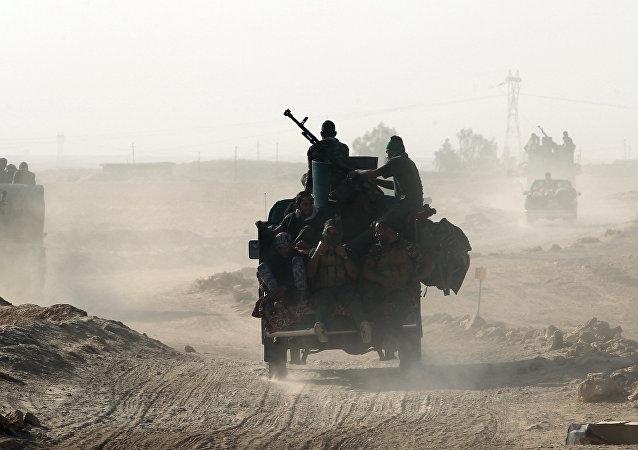 Os combatentes xiitas de tropas irregulares vêm para o sul de Mossul