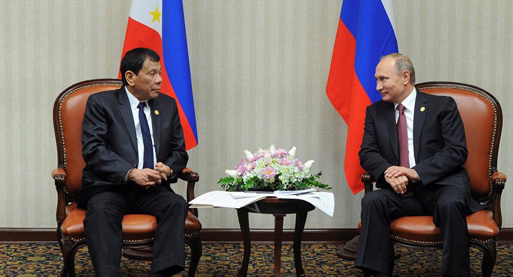 Presidente russo Vladimir Putin e o líder filipino Rodrigo Duterte durante reunião no âmbito da cúpula da APEC em Lima, Peru, 19 de novembro de 2016