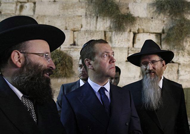 Premiê russo, Dmitry Medvedev com Rabino da Rússia, Berel Lazar, perto do Muro das Lamentações, 10 de novembro de 2016