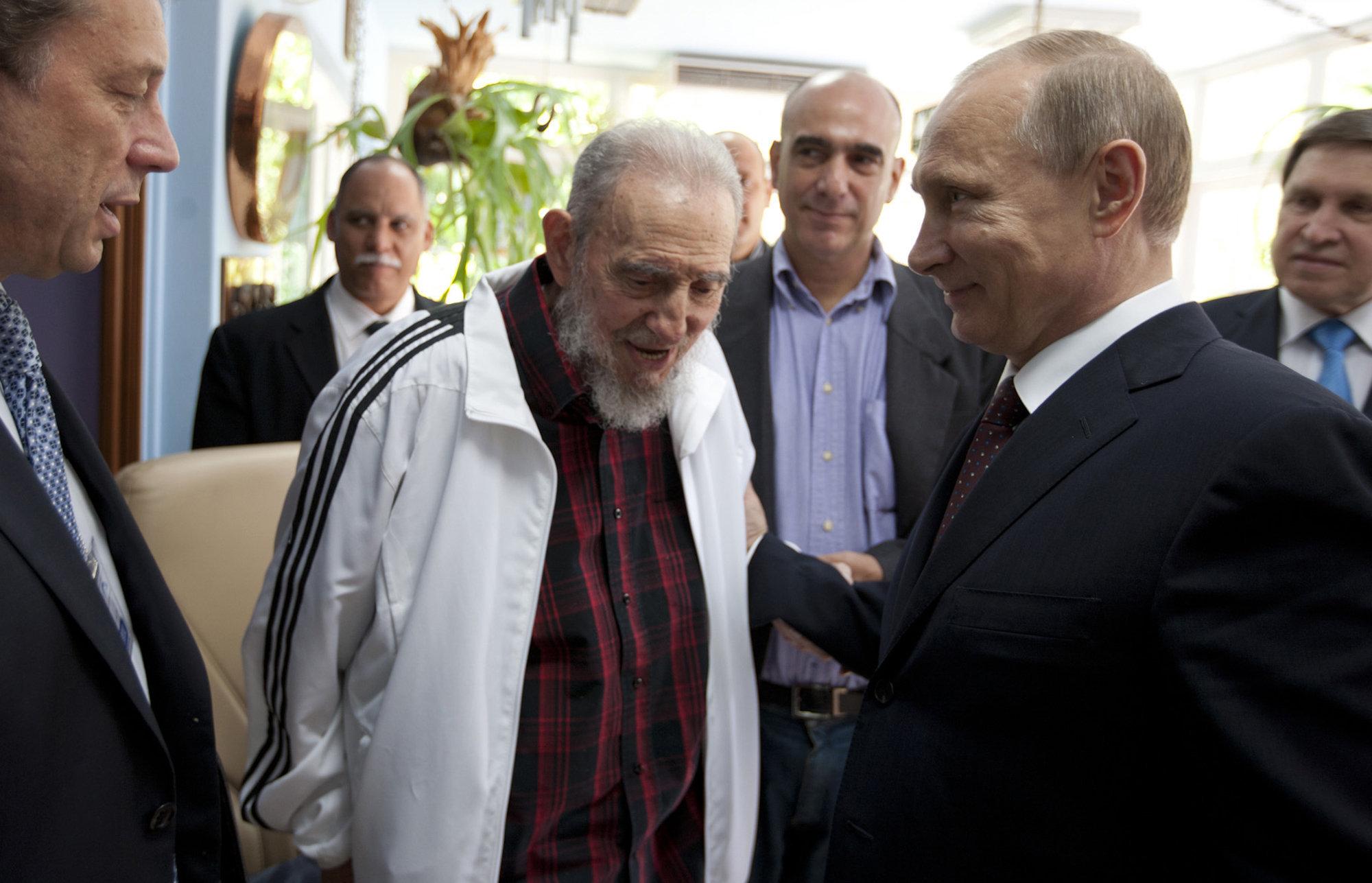 Fidel Castro, no centro, com o presidente da Rússia, Vladimir Putin, em Havana, Cuba. Foto de 11 de julho de 2014.
