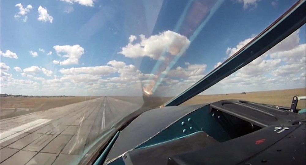Vista da pista de decolagem da base aérea iraniana de Hamadã da cabine de um Su-34 russo durante a operação militar contra o Daesh na Síria