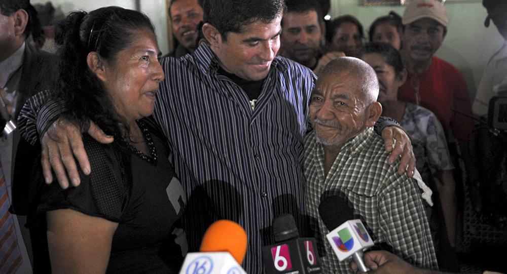 José Salvador Alvarenga é saudado por vizinhos, ao chegar à sua casa em Garita Palmera, 118 km a oeste de San Salvador, El Salvador, em 19 de fevereiro de 2014.