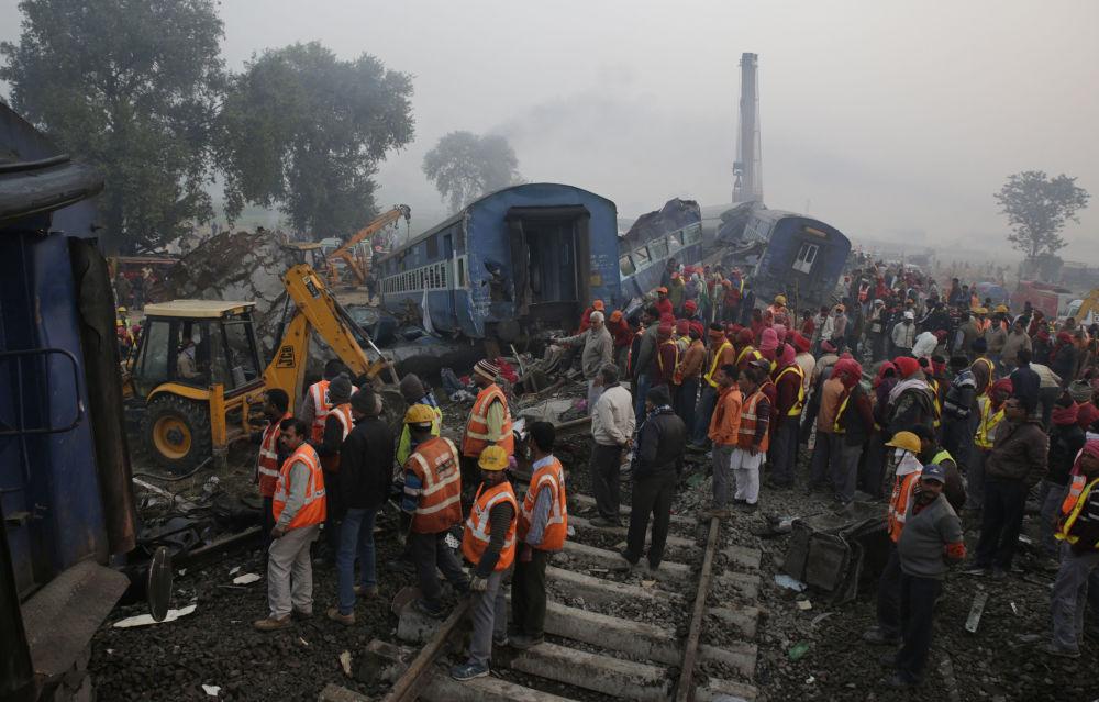 Momento em que equipes de resgate chegaram ao local do acidente envolvendo 14 vagões de um trem expresso, no distrito de Kanpur Dehat, Índia