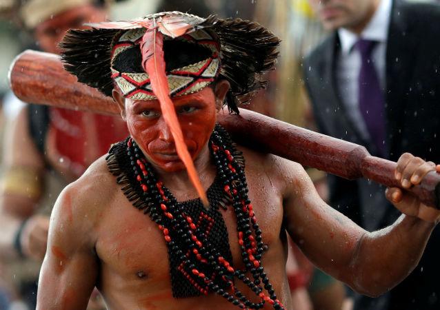 Indígena da tribo Pataxó durante protesto contra a atividade das empresas agrícolas em suas terras nativas, em frente ao Palácio do Planalto no Brasil, em 22 de novembro de 2016