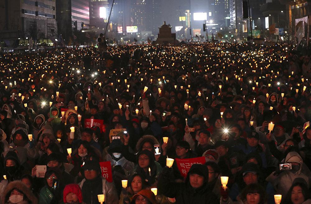 Milhares de manifestantes saíram às ruas de Seul, exigindo a renúncia do presidente sul-coreana, Park Geun-hye, por envolvimento de corrupção que já levou à detenção de sua melhor amiga, em 26 de novembro de 2016