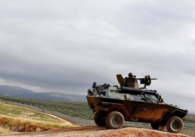 Um soldado turco no veículo militar blindado patrulha a beira entre a Turquia e a Síria, perto da vila de Besarslan do sudeste, na província de Hatay, Turquia (foto de arquivo)