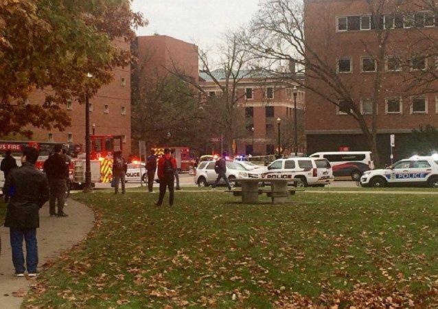 Carros de polícia, bombeiros e ambulância nos arredores do campus da Universidade Estadual de Ohio, onde ocorreu um intenso tiroteio, 28.11.16