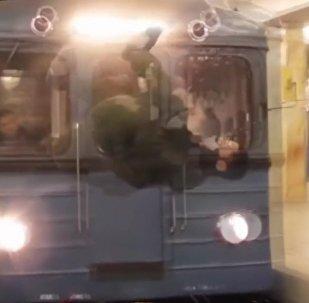 Ultrapassando limites: jovem salta em frente de metrô em movimento