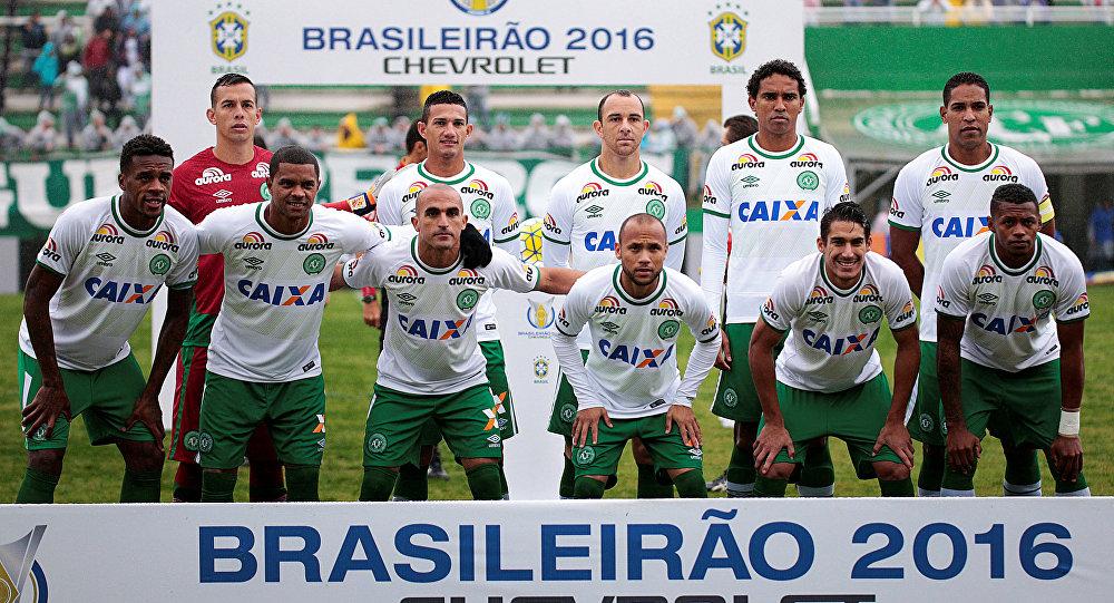 Jogadores da equipe Chapecoense posam para a foto antes do jogo contra o clube América Mineiro em Chapecó, Brasil, maio de 2016