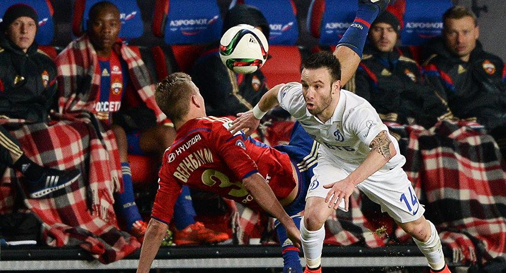 O francês Mathieu Valbuena, do Dínamo Moscou, leva vantagem sobre o sueco Wernbloom, do CSKA Moscou.
