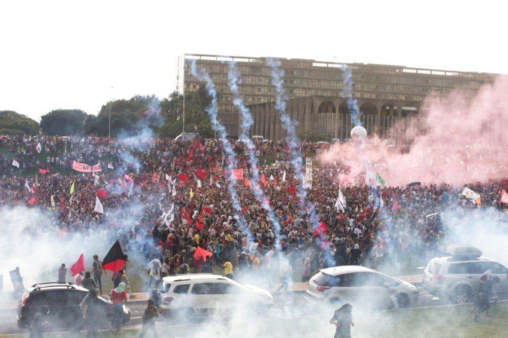 A Polícia jogou bombas de gás para dispersar a multidão que protestava na Esplanada
