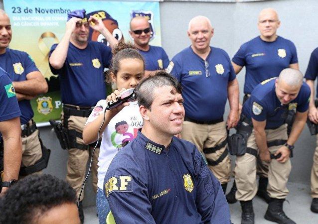 Policiais da PRF raspam a cabeça em apoio às crianças com câncer