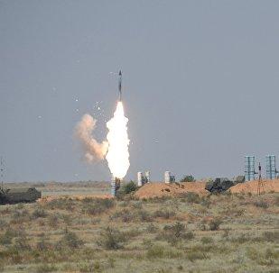 Sistema de mísseis S-300 durante o concurso internacional Chaves do céu no polígono Ashuluk, região de Asrakhan, Rússia (foto de arquivo)