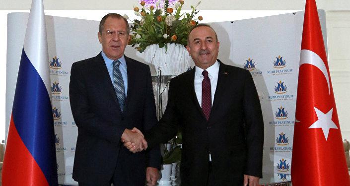Ministro das Relações Exteriores Sergei Lavrov e hcanceler da Turquia Mevlut Cavusoglu durante reunião bilateral em Alanya, Turquia, 1 de dezembro de 2016