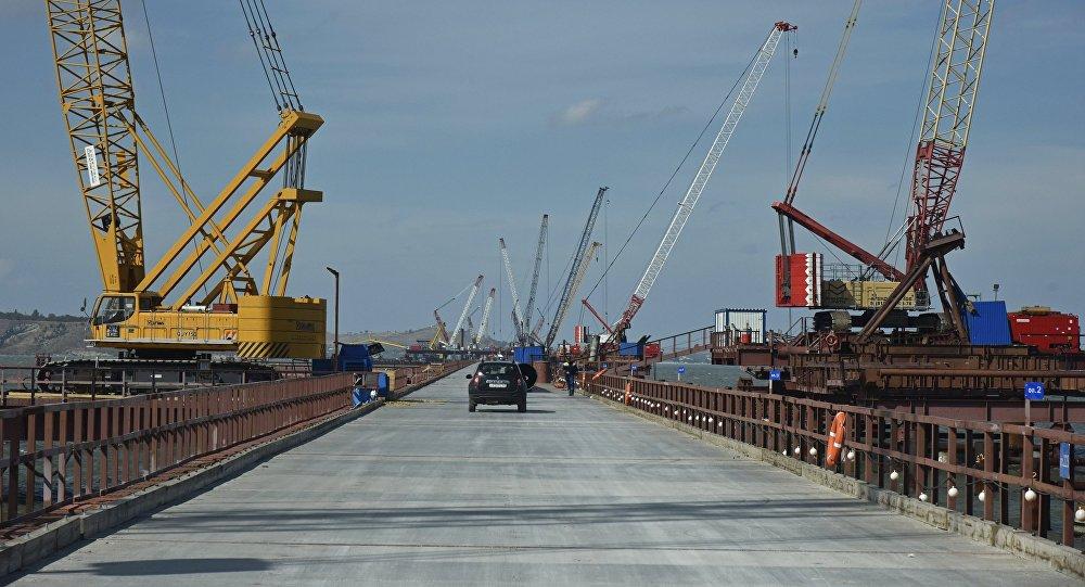 A construção da ponte da Crimeia cumpre os prazos previstos, disse Vladimir Putin em 1 de dezembro de 2016