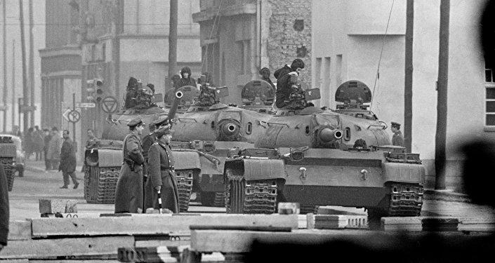Militares soviéticos são vistos nesta foto sentados sobre seus tanques no ponto de controle de Friedrichstrasse, em Berlim, em 29 de outubro de 1961