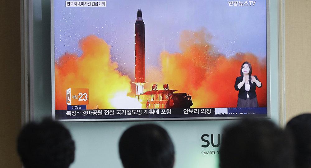 Cidadãos norte-coreanos estão assistindo uma transmissão de lançamento de míssil balístico pelo TV