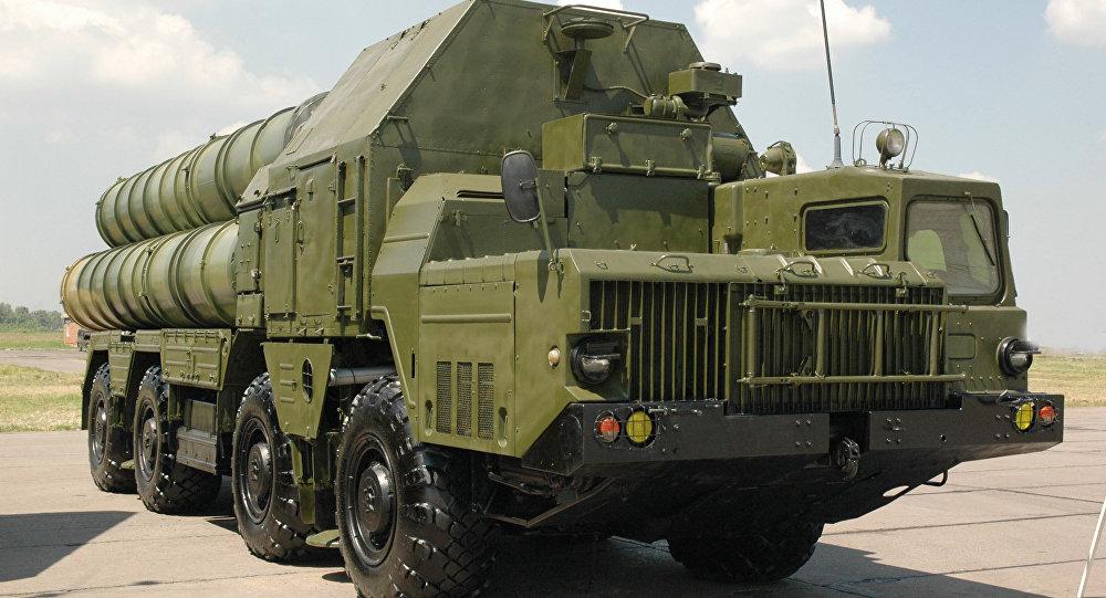 O sistema de mísseis S-300 terra-ar com alcance de 100 km