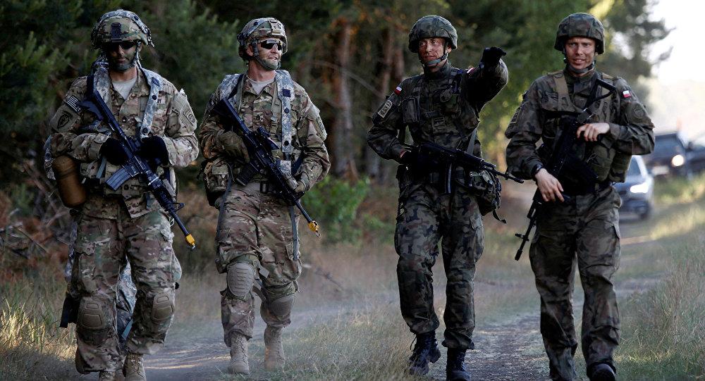 Brigada polonesa junto aos soldados da divisão norte-americana durante manobras Anakonda 16 da OTAN, Polônia