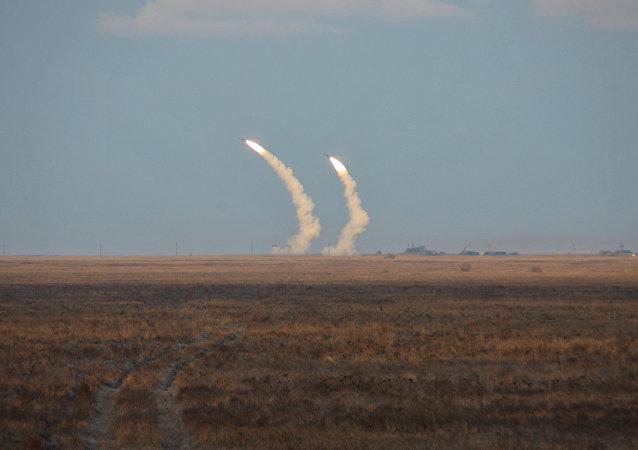 Testes de voo de controle de mísseis balísticos de longo alcance da Ucrânia durante treinamentos militares perto da Crimea, 1 de decembro, 2016