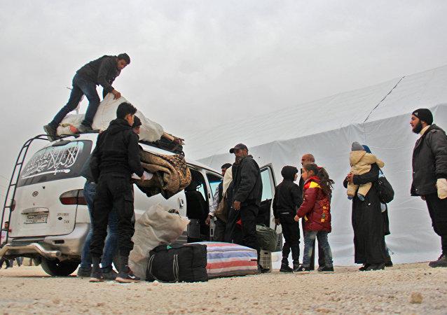 Militantes sírios com famílias chegam em Idlib depois de terem largado armas em Khan al-Shih; 29 de novembro de 2016