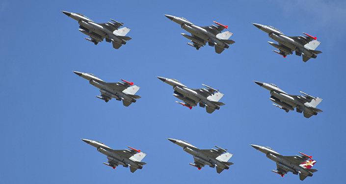 Caças F-16 da Dinamarca no Show Aéreo da Dinamarca em Karup, 2014 (foto de arquivo)
