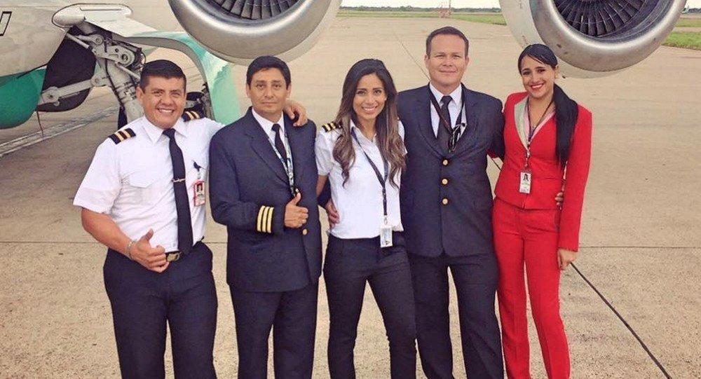 Ximena (de vermelho) com os colegas da tripulação do voo da Chapecoense