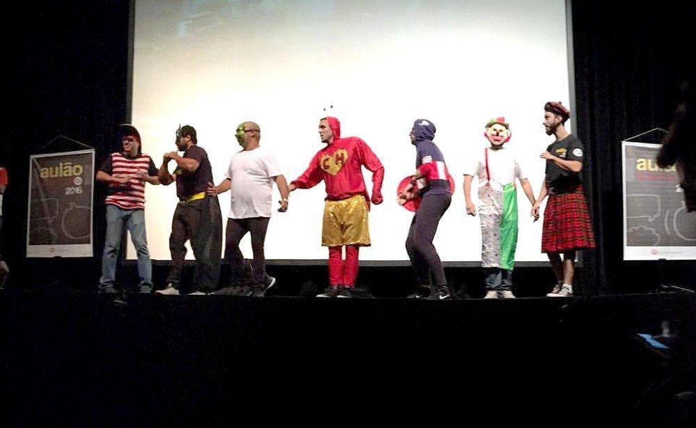 Professores se vestem de super herói e personagens da tv e do cinema para dar aulas mais descontraídas antes do Enem