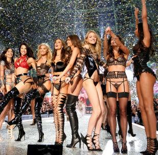 Modelos de Victoria's Secret 2016 durante desfile em Paris