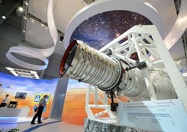 Um protôtipo do aparelho espacial de sensoriamento remoto da Terra Resurs-P apresentado na V Exposição Internacional de Indústria Innoprom em Ekaterinburgo