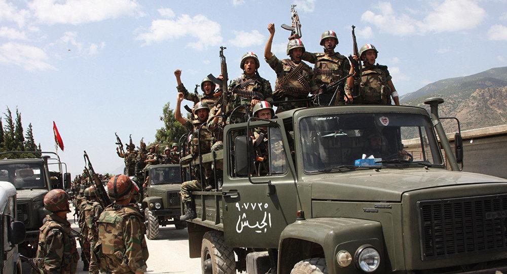 Soldados do exército sírio em seus caminhões militares gritando lemas em apoio ao presidente sírio Bashar Assad, entrando em uma aldeia perto da cidade de Jisr al-Shughour, ao norte de Damasco, Síria (foto de arquivo)