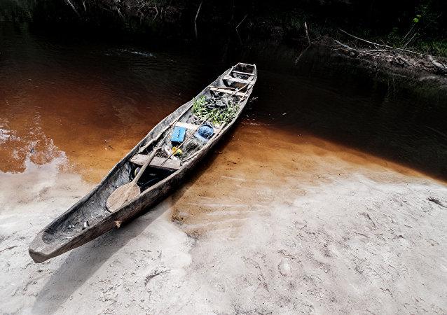 Uma embarcação indígena aguarda representantes da etnia Yuhupdeh para dar uma caçada na água