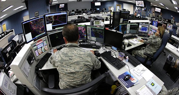 Militares dos EUA trabalhando nos computadores