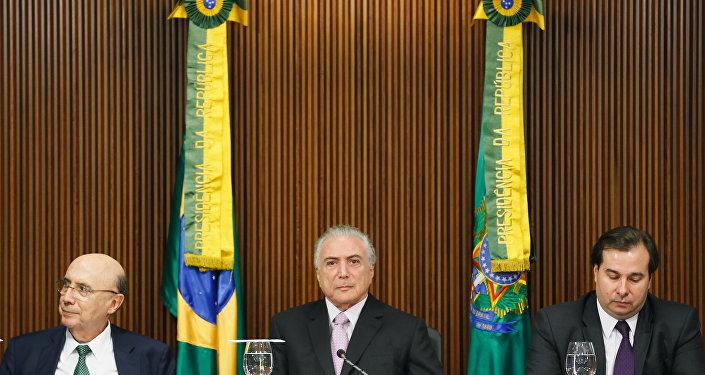 Presidente Michel Temer acompanhado do ministro da Fazenda, Henrique Meirelles, e do presidente da Câmara dos Deputados, Rodrigo Maia, durante reunião com líderes da base aliada na Câmara e no Senado.