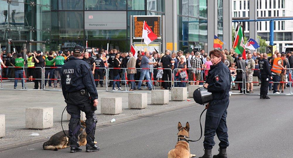 O protesto contra as políticas de Angela Merkel em Berlim