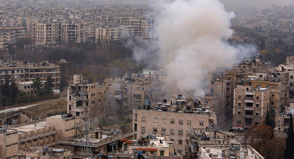 Fumaça sobe perto do ponto de passagem Bustan al-Qasr em uma área controlada pelo governo, durante confrontos com rebeldes em Aleppo, Síria, 5 de dezembro de 2016