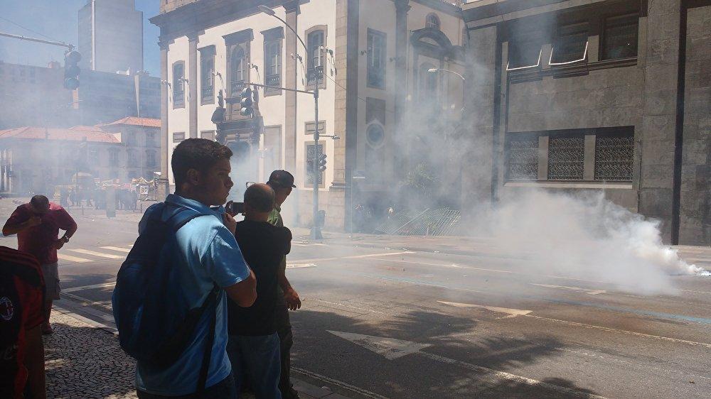 Ruas em frente à Alerj são tomadas por nuvens de gás de pimenta