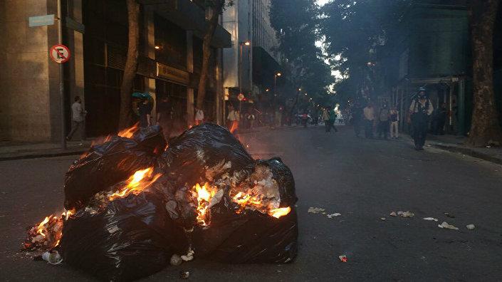 Sacos de lixo foram incendiados por manifestantes no centro do Rio de Janeiro