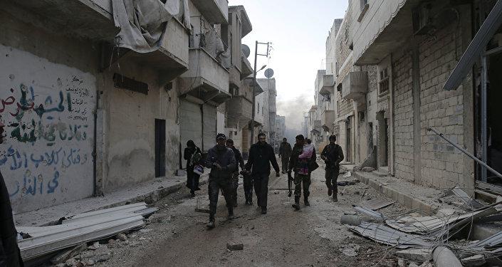Soldados do exército da Síria ajudam famílias a deixar os bairros orientais de Aleppo, controlados por grupos terroristas