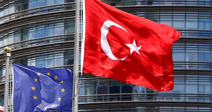 Bandeiras da Turquia e da União Europeia