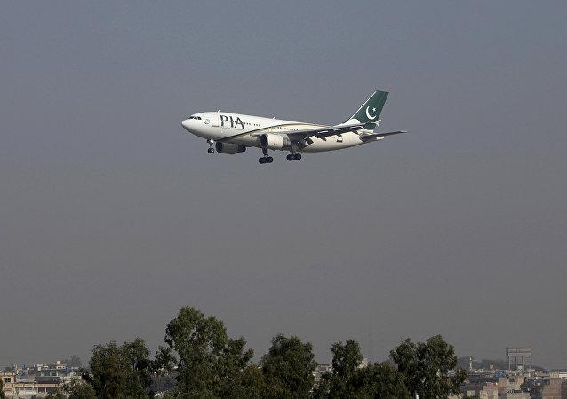 Um avião de passageiros Pakistan International Airlines (PIA) chega no aeroporto internacional de Benazir em Islamabad, Paquistão (foto de arquivo)