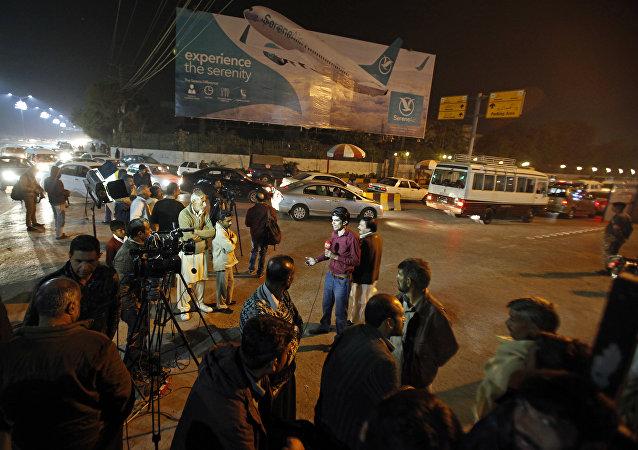 Mídia paquistanesa e moradores se reúnem no Aeroporto Internacional Benazir Bhutto na sequência de um anúncio que um avião com 47 passageiros a bordo caiu perto da cidade de Havelian, em Islamabad, Paquistão,  na quarta-feira, 7 de dezembro 2016