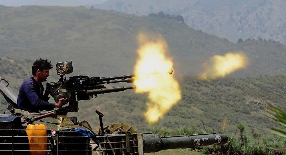 Um soldado paquistanês dispara uma metralhadora
