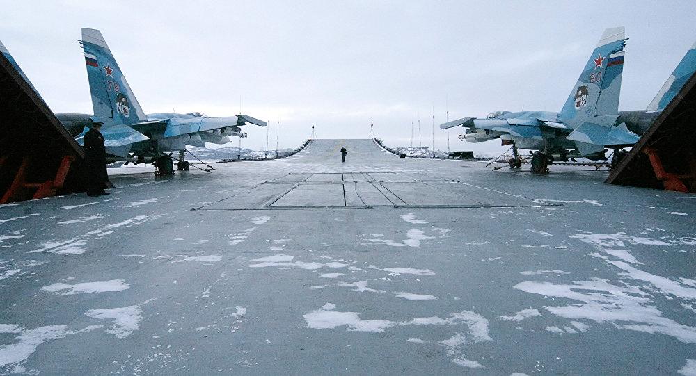 Caças Su-33 no convés do porta-aviões russo Admiral Kuznetsov (foto de arquivo)