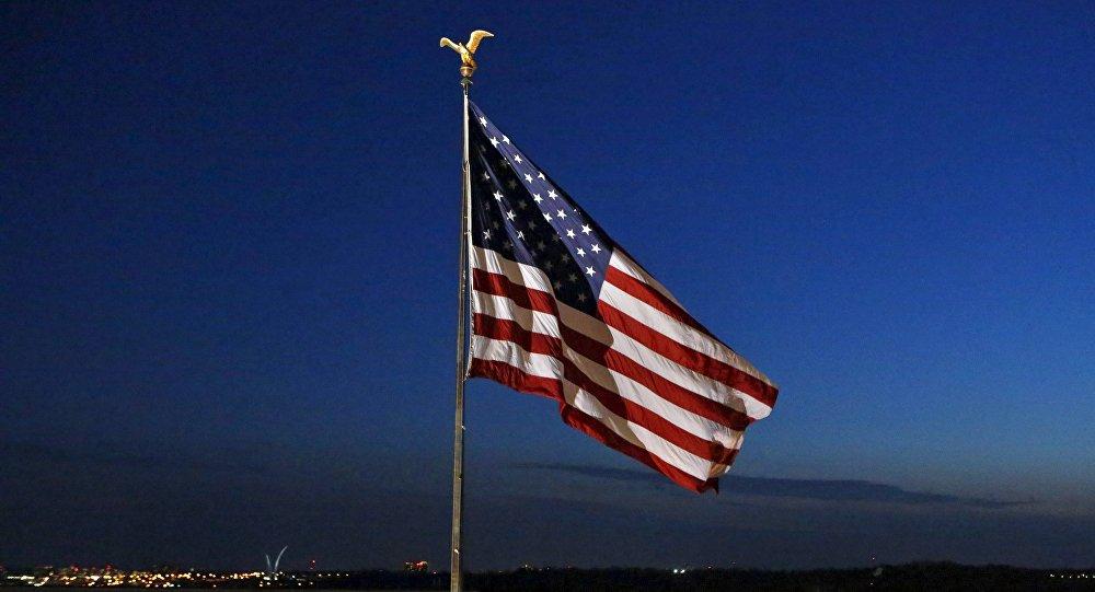 A bandeira nacional dos EUA voa sobre o Departamento de Estado em Washington 24 de marco de 2015