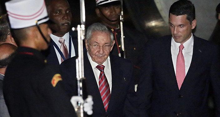 O presidente de Cuba, Raúl Castro, chega à Cidade do Panamá em 9 abril de 2015 para participar da Cúpula das Américas pela primeira vez