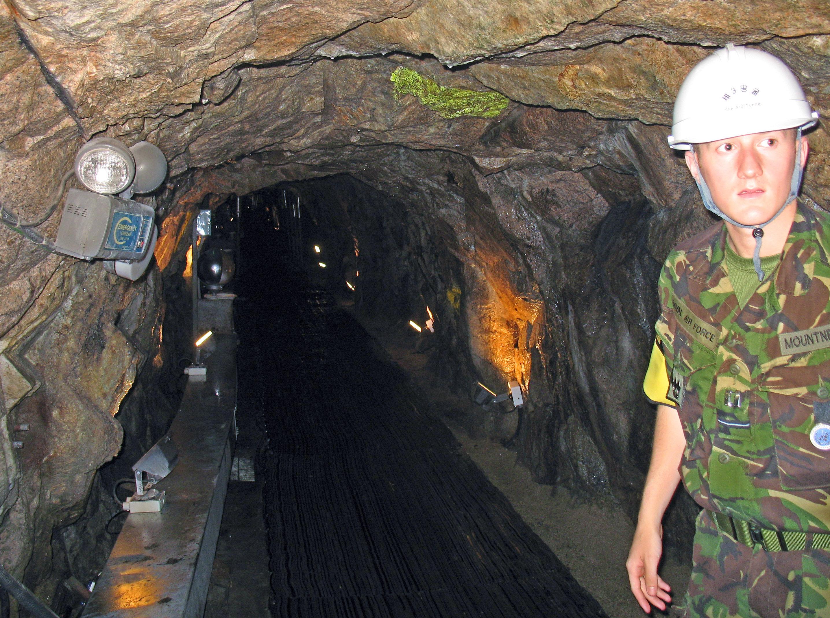 Soldado sul-coreano na entrada de um túnel de invasão sob a zona desmilitarizada entre a Coreia do Norte e a Coreia do Sul, em 27 de setembro de 2006