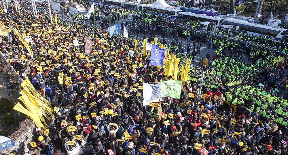 Manifestantes durante uma ação de protesto pedindo o impeachment da presidente da Coreia do Sul Park Geun-hye perto da Assembleia Nacional, em Seul, em 9 de dezembro de 2016.
