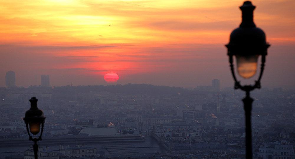 O Sol nascendo sobre Paris (França) em 9 de dezembro de 2016